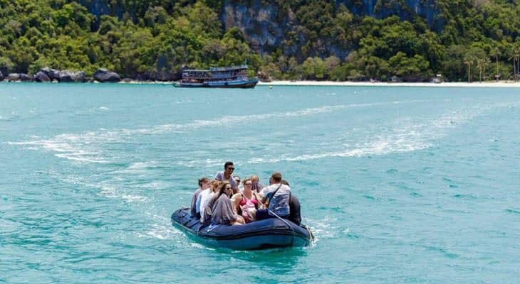 vervoer per dingy naar het strand angthong naga zeiljacht