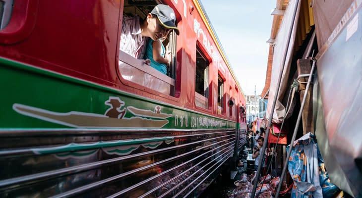 treinrit bangkok maeklong railway market