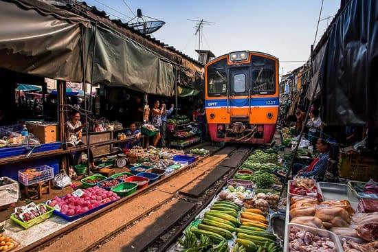 maeklong railway markt damnoen saduak tour
